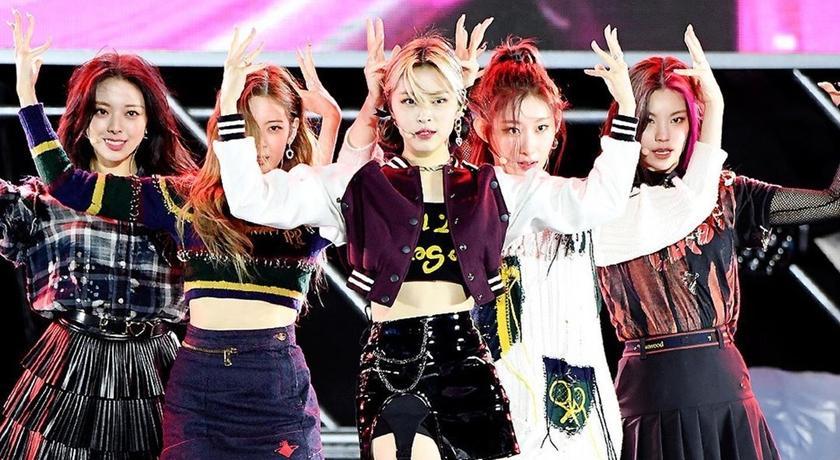 江南音樂節ITZY、Brave Girls齊曬9雙長腿!比不上32歲「女團始祖」深V美炸