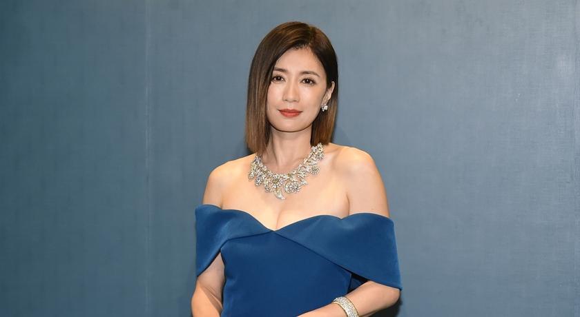 賈靜雯披 8000 萬珠寶拍照傳給修杰楷!老公竟然「已讀不回」