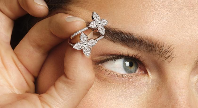 LV 包包上的「尖花」變成珠寶!戴在耳骨上的耳環最讓人驚豔