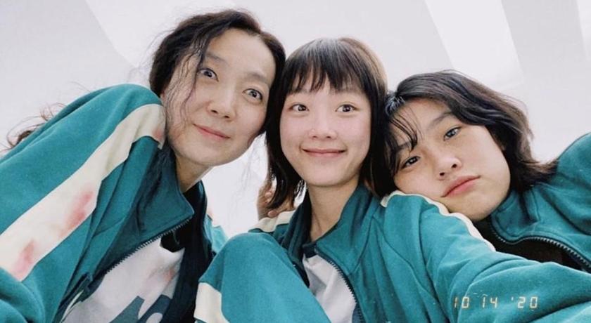 《魷魚遊戲》212號韓美女粉絲暴漲5700倍!合體姜曉、智英登雜誌爆發時尚氣場