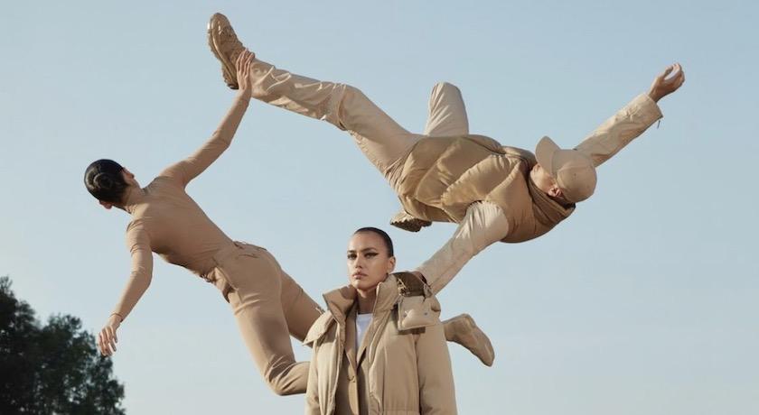 羽絨外套輕到可以「隨風飛舞」?模特兒被狂風吹起好驚人