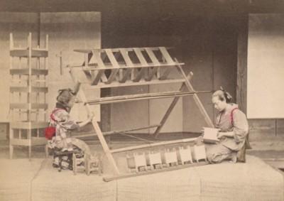 漫遊藝術史》剝繭抽絲: 日本手工上色蛋白照片的桑織圖