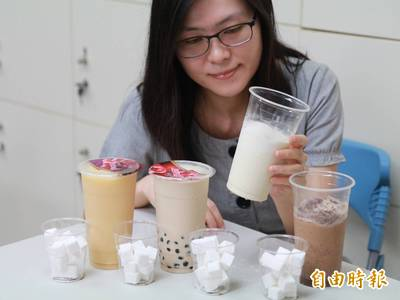 健康醫療網》 一杯大杯半糖手搖飲熱量、糖分大爆表! 6作法喝進健康、降負擔