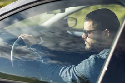 健康醫療網》開車時前方好刺眼 變色鏡片在車內會變色嗎?