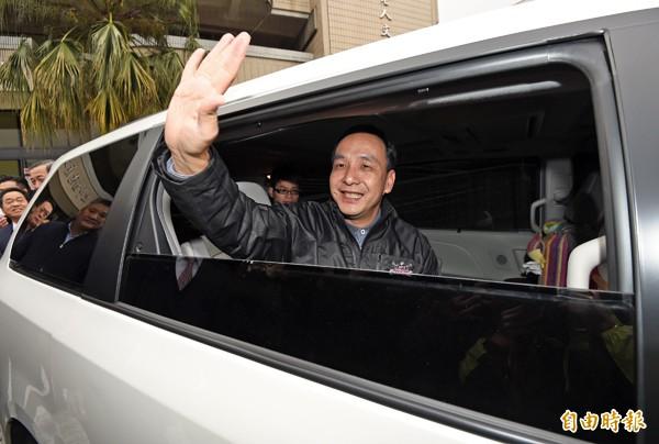 國民黨17日舉行黨主席投票,角逐黨魁的新北市長朱立倫(右二)一早前往三重老人文康活動中心投票。(記者羅沛德攝)