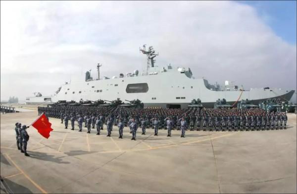 有關中國武力犯台的討論,從國際到台灣內部都有增加的趨勢。圖為中國「071」崑崙山級綜合登陸艦,可裝載陸戰隊一個營。(資料照)