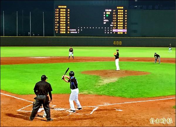 全國大專院校軟式棒球聯賽日前開幕戰由東華出戰世新,能踏上職棒球場圓了許多人的夢。(資料照,記者郭羿婕攝)