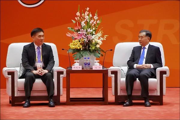 中國國民黨的副主席郝龍斌,還笑呵呵的在海峽論壇,憨憨的說不只是「兩岸一家親」,還是「兩岸一家人」。圖為郝龍斌(左)6日與中國全國政協主席汪洋(右)會面。(中央社)