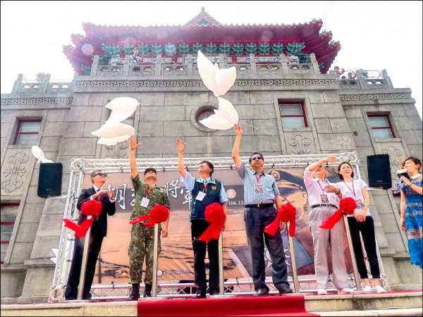 金門日前舉辦「胡璉將軍回顧展」,並在開幕中施放白鴿汽球。(資料照)