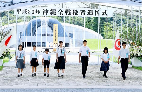 幾名當地初中生在沖繩縣絲滿市「和平祈念公園」獻花,追悼二戰時期沖繩的死難者。(法新社檔案照)