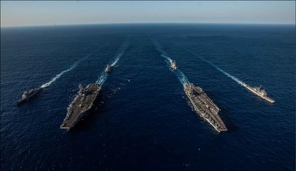 美軍「雷根號」和「史坦尼斯號」航空母艦打擊群,在菲律賓海進行雙航艦操演。這樣的軍事行動,矛頭無疑是對準積極在南海軍事化的中國。(圖取自雷根號航空母艦臉書)