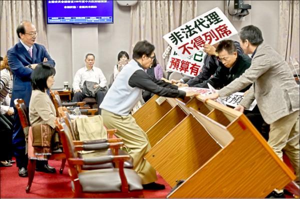 日前國民黨立委提案廢除「促進轉型正義條例」,在立法院審查促轉會預算時,藍委向促轉會的代理主委楊翠翻桌。(資料照)